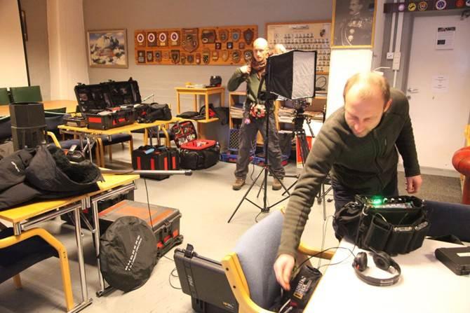 Filming krever mye utstyr, så dagen startet med at mengder av utstyr ble båret inn, pakket ut og klargjort for bruk.