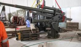 Tyske 88 mm luftvernkanon løftes på plass