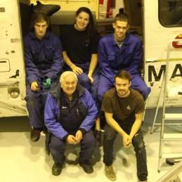 Gordon sammen med noen av de ivrige elevene ved Sola