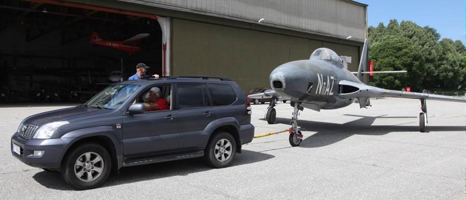 Helge Nyhus har fått seg en Land Cruiser, som viste seg å være velegnet som tauetraktor. Her er Helge på vei ut med Thunderflashen med Kjell Naas som guide