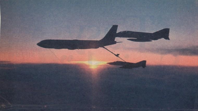 Amerikanske McDonnell Douglas RF-4C Phantom II fra 165th Tactical Reconnaissance Squadron far drivstoffylling i lufta på vei mot Sola i febraur 1978. Foto: Captain Sam McDowell, ANG