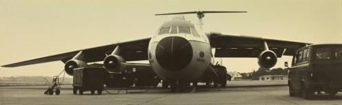 Lockhed C-141 Starlifter-transportfly ble benyttet for å fly bakkemannskapene som skulle støtte de amerikanske jagerflyene til og fra Sola i forbindelse med COB-utplasseringene. Foto via Sola Flystasjon.