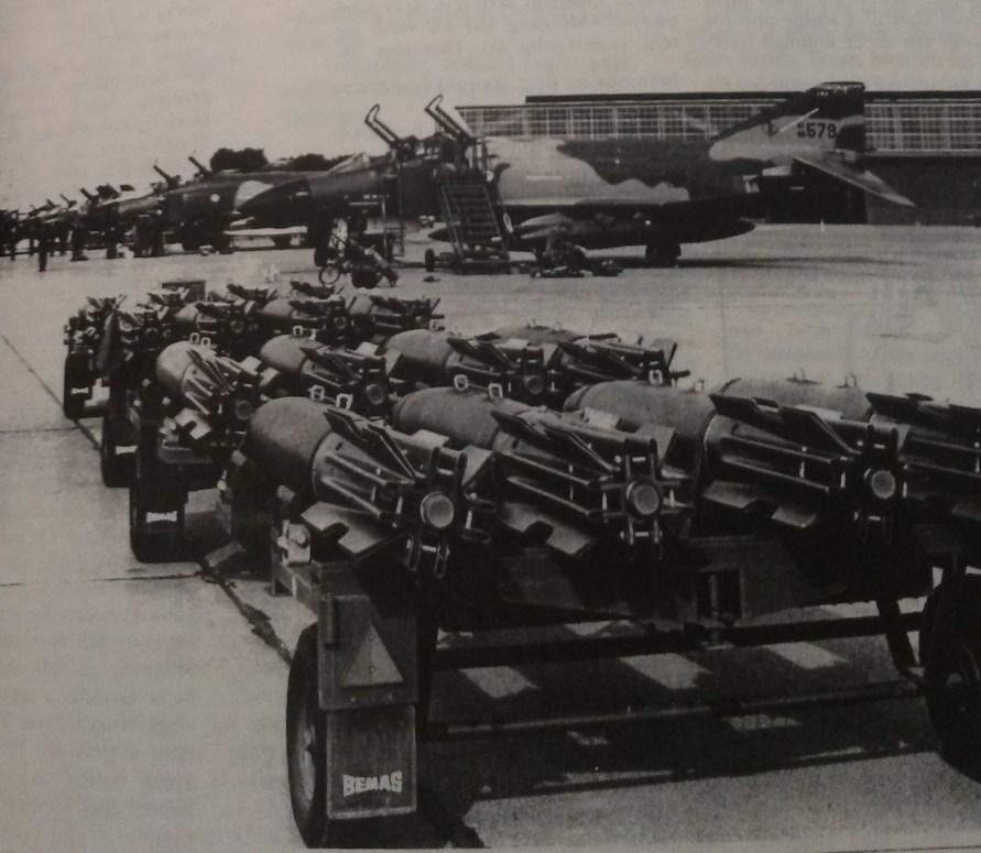 Her blir de amerikanske flyene armert med MK 82 Snake Eye bomber på 500lbs per stykk. Bombene hadde noe tidligere blitt brakt fra ammunisjonbunkers på Ølberg. Hvert fly fikk seks slike bomber påmontert. Foto: ukjent opprinnelse.