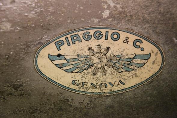 De originale motorene og propellene var laget av Piaggio, i dag kjent som produsenten av Vespa scootere. Her ser vi produsentens varemerke på den ene propellen som er bevart. Den skal nå brukes som mal for å få laget en til