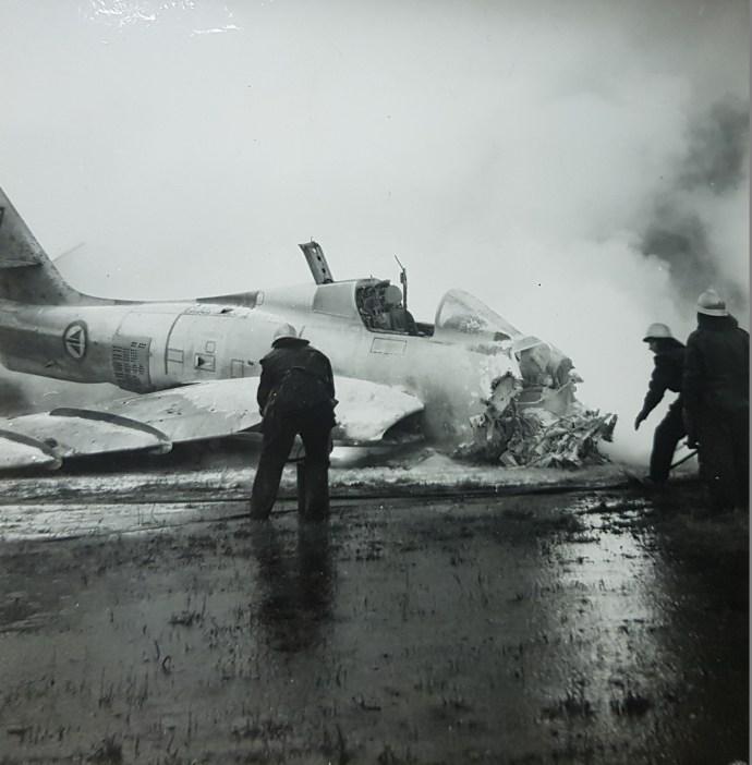 Ettermiddagen 6. november 1957 tok et Republic RF-84F Thunderstreak fyr i det det falt ned på rullebanene igjen like etter avgang for deretter å svinge av rullebanen og fortsatte ferden 300 meter på gresset langs rullebanen. Flygeren kom seg uskadd ut av flyet før det ble overtent. Foto: Fotoavdelingen Sola Flystasjon via Sola Flystasjons Venner