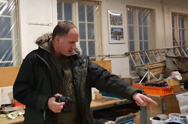 Christian König studerer delene til He 115 det arbeides med. Foto: Stein Rosengren.