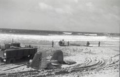 Forsøkene på å trekke A6+KH opp på land førte til at halen ble dratt av. Man ser tydelige slepemerker i sanden, og flyets Werknummer (4117) vises på halefinnen. Foto via Tor Ødemotland.