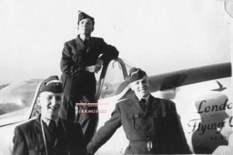 """Olav Aamoth og et par andre flyelever står ved en P-51 Mustang fra No. 420 """"City of London"""" Squadron RCAF like etter ankomsten til Canada mot slutten av 1953. Foto: Jostein Per Børre Eggesbø."""