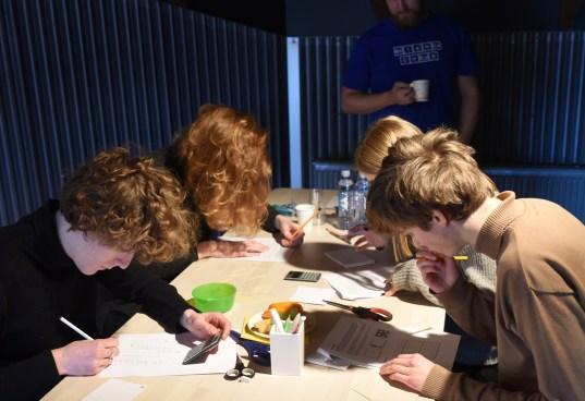 Elever i full konsentrasjon rett etter at oppgavene er delt ut. Foto: Torbjørn Moe Eggebø