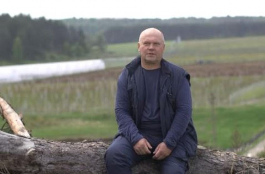 Фермер Володимир Яворський порівнює ягоди з дітьми