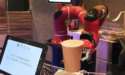 Robot Barista Menyajikan Kopi Ke Pelanggan
