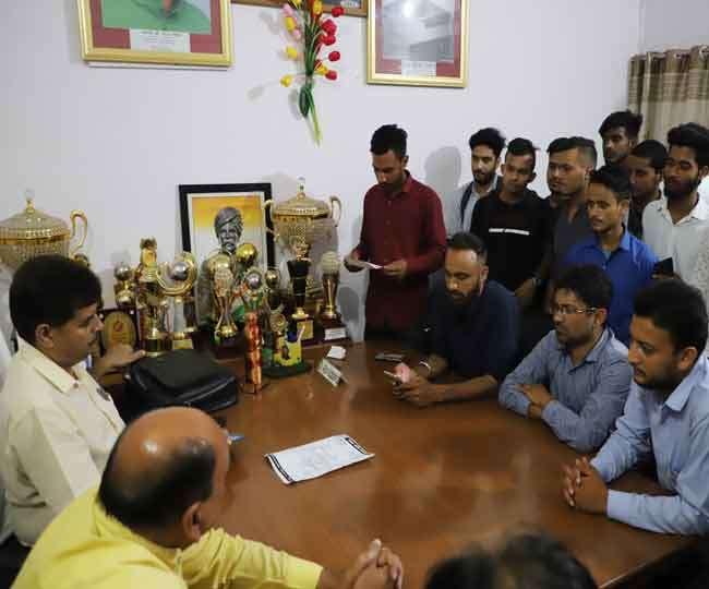 अंकों पर असंतोष जताते हुए आर्यन संगठन ने डीएवी के प्राचार्य को घेरा Dehradun News