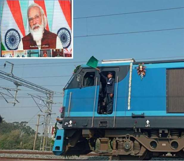 न्यू भाऊपुर जंक्शन पर डीएफसी ट्रैक पर रवाना हुई मालगाड़ी।