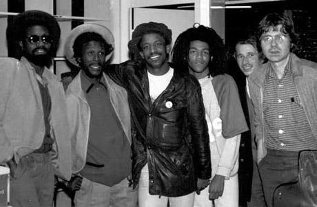 Dans le studio de Radio 7, 1984. De gauche à droite: Mikey Dread, Congo Roy Ahanti, Sydney, un jeune Rasta, General Burning et Ras Gugus (photo: Marie Vanetveelde)