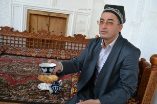 Serving Tea after a Quran recitation, Shakhi-Zinda