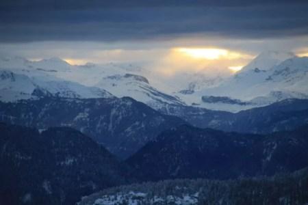 Montagnes en hiver et nuages