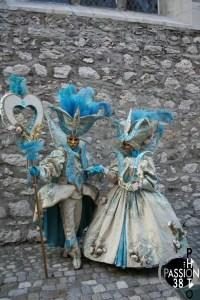 couple en costume à Annecy