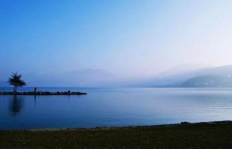 lac d'annecy depuis la plage