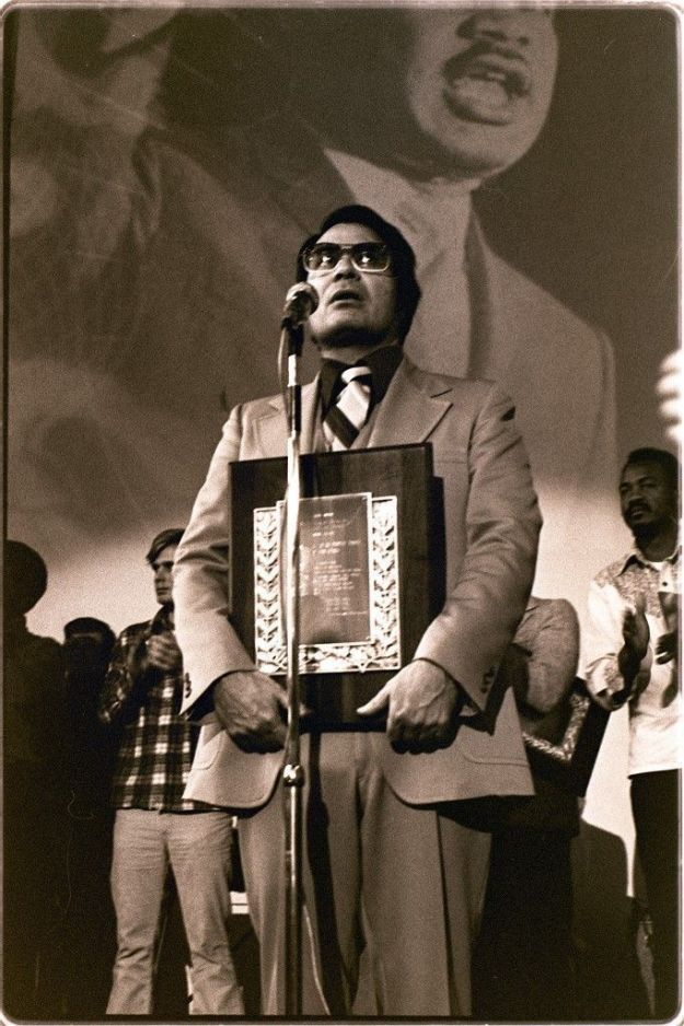 Jim Jones recibe un premio el día de Martin Luther King. Enero de 1977. Foto por Nancy Wong.