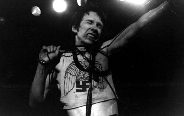 Stiv Bators al frente de Dead Boys en el Roundhouse, Londres, 1978. Foto: Ray Stevenson.