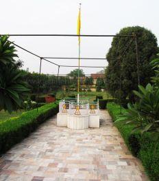 shri_parshwanath_digambar_jain_temple_-_vahalna_20120419_1482963808