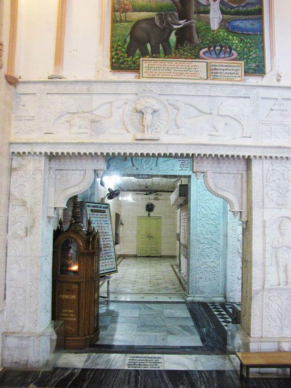 sri_1008_parswanath_swamy_digambar_jain_temple_atishaya_kshetra_vahalna_uttar_pradesh_20120419_1274372404