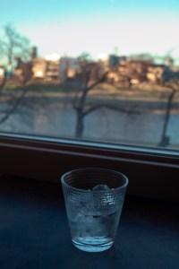 暮れゆく町を対岸に見ながらのんびりジンジャーエールを飲む、の図