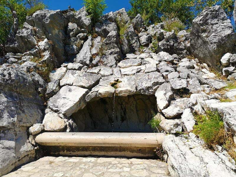 Acqua di Santa Rita in cima allo scoglio di Roccaporena