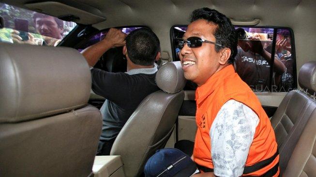 Ketua Umum PPP Romahurmuziy saat di mobil tahanan usai pemeriksaan di Gedung KPK. (Ist)