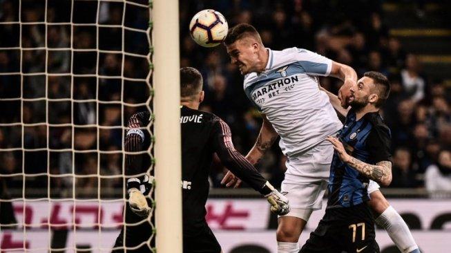 Gelandang Lazio Sergej Milinkovic-Savic (tengah) mencetak gol lewat sundulannya ke gawang Inter Milan saat laga Liga Italia di Giuseppe Meazza, Milan. Marco BERTORELLO / AFP
