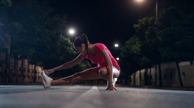 Tren olahraga di malam hari. (Shutterstock)