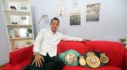 Petinju Indonesia, Daud Yordan, berpose dengan sabuk juara kelas ringan super WBC International Challenge Belt yang belum lama ini didapatnya dan sabuk kelas ringan WBO Inter-Continental. (Ist)