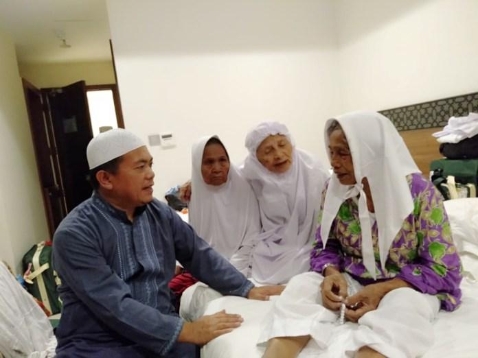 Al Haris saat mengunjungi jemaah lansia asal Merangin di Tanah Suci. Foto: Jambiseru.com