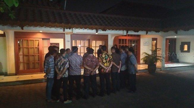 Rumah pribadi BJ Habibie di Jalan Patra Kuningan XIII, Jakarta Selatan, sekitar pukul 19.00 WIB, mulai didatangi oleh pewarta dan pelayat. [Suara.com/Stephanus Aranditio]