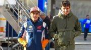 Duet pebalap Repsol Honda yang juga kakak adik, Marc Marquez (kiri) dan Alex Marquez, berjalan menuju garasi tim pada tes pramusim MotoGP 2020 di Sirkuit Ricardo Tormo, Valencia, Rabu (20/11/2019). [AFP/Jose Jordan]