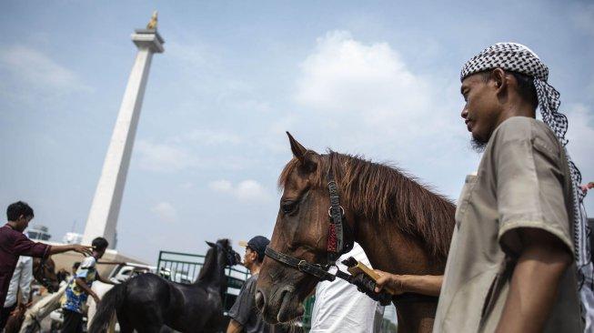 Peserta mengikuti aksi reuni 212 di kawasan Monas, Jakarta, Senin (2/12).[ANTARA FOTO/Aprillio Akbar]