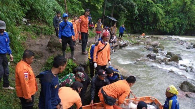 evakuasi-korban-kecelakaan-bus-masuk-jurang-di-pagaralam-sumatera-selatan