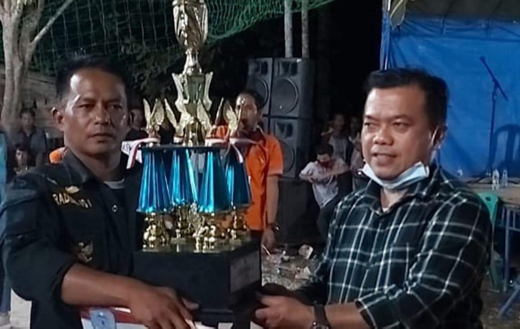 Bupati Merangin, H Al Haris saat menyerahkan piala di acara penutupan turnamen volly bupati merangin cup 2020 di desa kapuk. Foto: Edo/Jambiseru.com