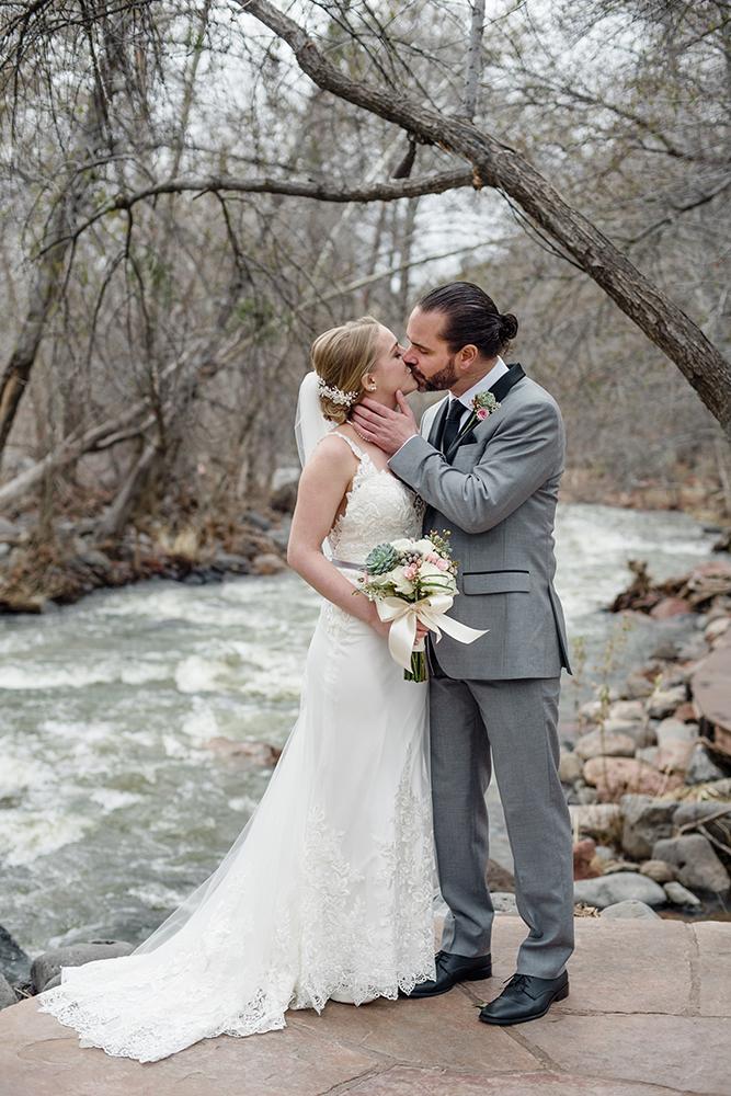 sedona-creekside-winter-wedding