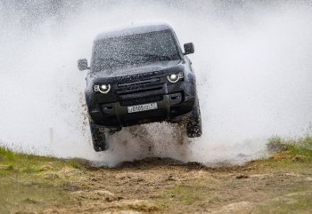 Range Rover New Defender in No Time To Die