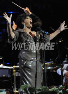 "Shirley Bassey canta ""Goldfinger"""