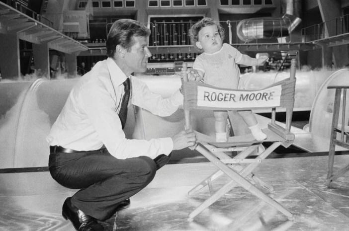 Moore com Christina nas gravações de um filme de Bond