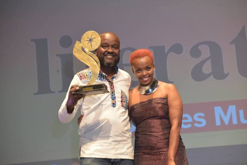 James Murua receives award at Sanaa Theatre Awards from Mbeki Mwalimu.