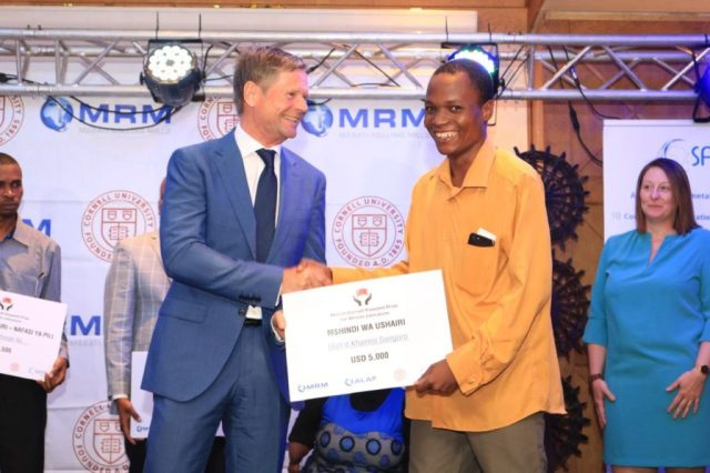 Safal Group CEO Anders Lindgren hands Moh'd Khamisi Songoro his prize