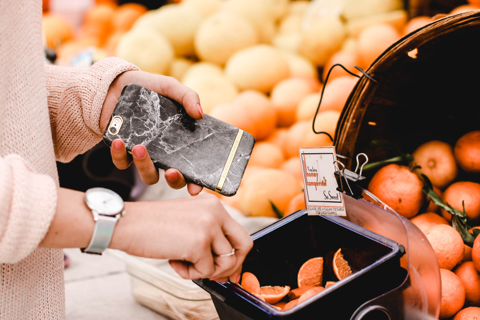 lifestyle-blogger-jamialix-picking-oranges-farmers-market-pretty-phone-case-blog-post