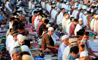 epa05409705 Indonesian Muslims attend Eid al-Fitr prayers at Sunda Kelapa port in Jakarta, Indonesia, 06 July 2016. Muslims around the world celebrate the Eid al-Fitr festival, which marks the end of the Muslim fasting month of Ramadan, starting 06 or 07 July, and is celebrated with prayers, readings from the Koran, and gatherings with family and friends. EPA/ADI WEDA