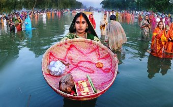 INDIA GATE (BOAT CLUB) PAR CHHAT PUJA KARTI MAHILAYEN.PHOTO BY SUBHASH PAUL.