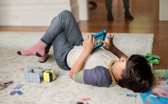 children playing mobile games