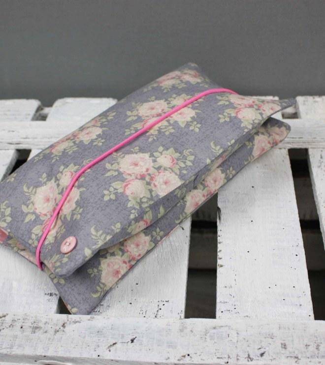 Windeltasche Rosen ein schönes Geschenk zur Geburt. Windeln und Feuchttücher immer dabei, klein in der Handtasche. JanaKnöpfchen