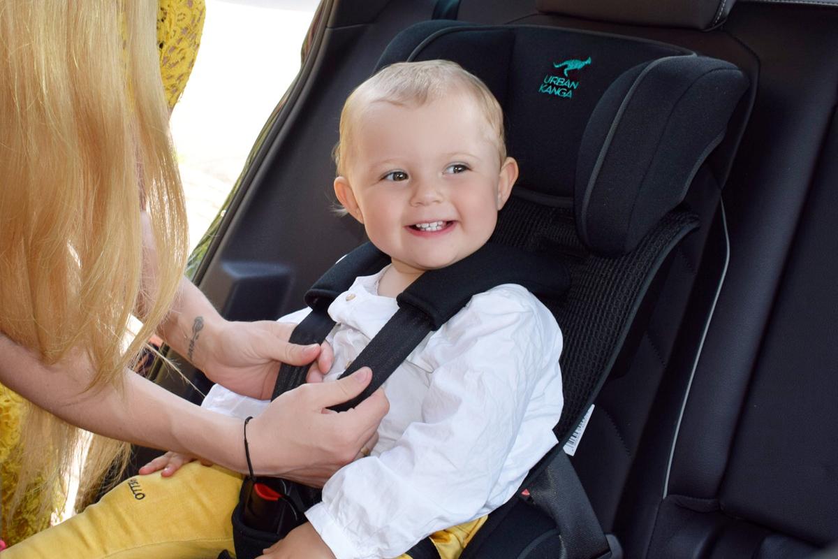 Urban Kanga - Faltbarer tragbarer Autositz für Kinder - Autokindersitz - Mama Blog München